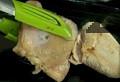 Запържваме месото в олио и краве масло, като в началото не разбъркваме. Изваждаме изпърженото до златисто пиле.