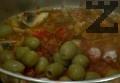 След като сместа се редуцира, добавяме маслините. Поръсваме със ситно нарязан магданоз, сол и червен пипер.