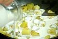 Приготвяме гарнитурата. Сваряваме картофа, режем го на кубчета. Запържваме го за кратко в сгорещена мазнина, прибавяме сметаната, поръсваме със сол и черен пипер. Изчакваме течността да изври.