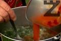 Поливаме с малко вода, разбъркваме, изливаме в супата.