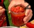 Изчакваме сместа да заври, слагаме стерилизираните домати и фидето.