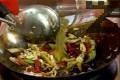 Разбъркваме за кратко, наливаме 1 литър зеленчуков бульон.