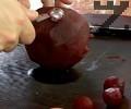 Сваряваме беленото цвекло за 20-30 мин., оставяме го да изстине. Оформяме топчета с помощта на лъжичка.