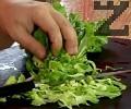 Нарязваме зелената салата, прехвърляме я в купа. Нарязваме краставицата и репичките.