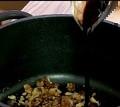 Карамелизираме захарта, прибавяме нарязаните на едро орехи, разбъркваме. Заливаме с балсамов оцет.