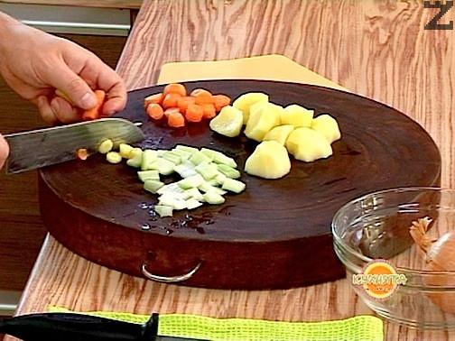 Тогава се слагат едро нарязани картофи и се варят около 10 минути. Накрая се слагат едро нарязани домати и се вари още 20-30 минути под капак.