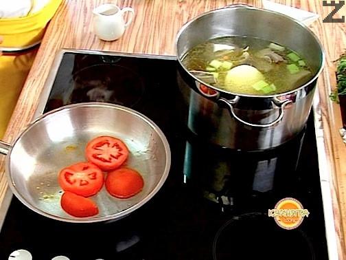 В самия край на варенето когато всичко е готово за по-добър вид, може да се запече в намаслен тиган домат нарязан на колелца и да се остави да ври не повече от две минути. Настъргва се хрян и смесва с оцет за заливка.