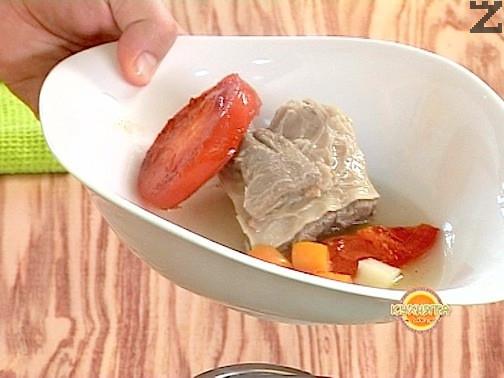 Свареното месо се обаезкостява и реже на едри порционни парчета. Правилото за сервиране е във всяка порция супа да има по едно парче месо а, около него да се наредят по няколко от сварените зеленчуци: домат, лук, морков картофи. Залива се с бульон и поръсва с листа целина и магданоз. Хряна се настъ