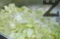 Приготвяме плънката. Нарязваме праза на ситно, запържваме го в олио. След като изстине, добавяме 100-150 г натрошено сирене, разбъркваме.