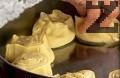Увиваме корите на руло, режем ги на 10-12 парчета. Подреждаме ги в тава, печем в предварително загрята на 180 градуса фурна, за 30 мин.