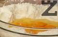 Смесваме 3-4 с.л. от млякото със содата. В отделен съд разбиваме яйцата, поръсваме със сол и ванилия. Оформяме кладенче в брашното, изсипваме захарта и содата, прибавяме яйцата и киселото мляко.