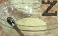 Постепенно наливаме вода, замесваме тесто, при нужда поръсваме с още брашно. Покриваме с фолио, оставяме за 20 мин. да втаса.