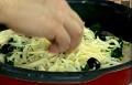 Покриваме с настърган кашкавал, добавяме маслини. Печем на 250-280 градуса за 10 мин. След като пицата е изпечена, нанасяме зехтин по ръба й с помощта на четка.