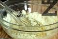В купа разбиваме яйцата, поръсваме с брашно, прибавяме натрошеното сирене.