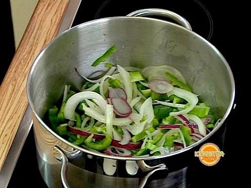 Запържваме в загрято олио за 2-3 минути нарязаните на едро лук, зелена чушка и печени чушки.