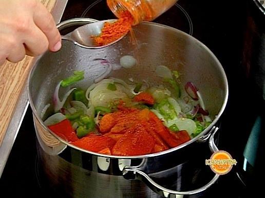 Прибавяме червен пипер и консервираните и пасирани домати. Оставяме ястието да ври на тих огън под капак за 10 минути.