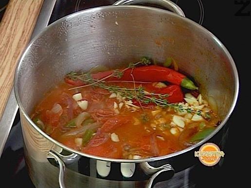 Добавяме люта чушка и чесън, поръсваме със сол, захар, чубрица и мащерка. Оставяме да поври още 2-3 мин. В края на варенето прибавяме обезкостеното пилешко месо, пресните домати -нарязани на дребно и ситно нарязан магданоз. Лютиката се консумира студена.