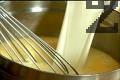 В купа разбиваме яйцата, смесваме ги с млякото, захарта и ванилията.