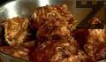 В едната слагаме нарязаното на едри парчета пилешко месо. В другата част потапяме свинското месо, добавяме и нарязания лук. Оставяме ги да престоят в маринатата за 24 часа.