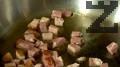 Нарязваме месото на кубчета, запържваме го за кратко в зехтин.