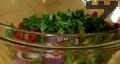 Смесваме в купа всички продукти, поръсваме със ситно нарязаните подправки. Декорираме с маслини и лимон.