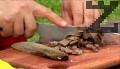 Варим агнешките дреболии в подсолена вода за 30 мин., нарязваме ги на кубчета.