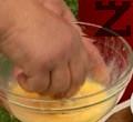 Разбиваме яйцата, потапяме околуците последователно в брашно и яйце.