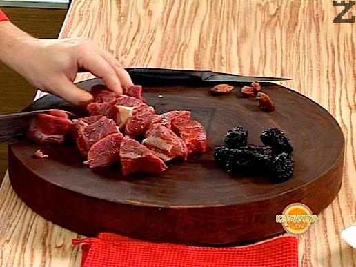 Месото се нарязва напречно на мускулните влакна на кубчета около 2-3 см.