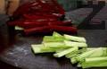 Нарязваме зеленчуците на ивички.