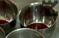 В отделен съд карамелизираме захарта на умерен огън, разпределяме го в купички.