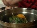 Прибавяме копривата към каймата заедно с нарязания на ситно лук. Поръсваме с наситнения джоджен, слагаме яйцето.