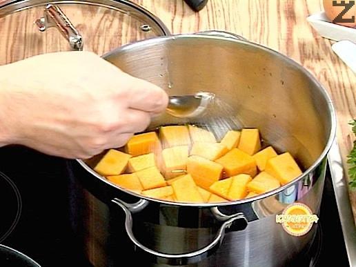 Нарязваме тиквата на едри парчета и я сваряваме с малко захар.