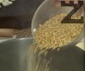 В тенджера с вряща вода се слага кус кус заедно с бульон. Вари се 8 минути и отцежда.