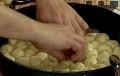 Разделяме втасалото тесто на две равни части. Оформяме дълъг фитил, който нарязваме на парченца. Подреждаме топчетата в тава и ги оставяме да втасат.