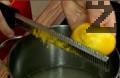 Приготвяме сироп като в тенджера смесваме 1 ½ ч.ч. вода със захарта. Прибавяме настърганата кора на един от лимоните. Оставяме да ври до разтваряне на захарта и сгъстяване на сиропа, охлаждаме.