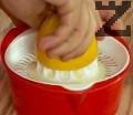 Изцеждаме сока на лимоните и ги прибавяме към сиропа.
