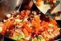 В същия съд запържваме фазана, при нужда добавяме още мазнина. Изваждаме месото, наливаме виното. Отгоре подреждаме нарязаната на едри резени зелка, покриваме със задушените зеленчуци.