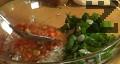Изсипваме доматената салца. Наситняваме пресните подправки. Добавяме ги към плънката заедно със сухите подправки, разбъркваме добре.