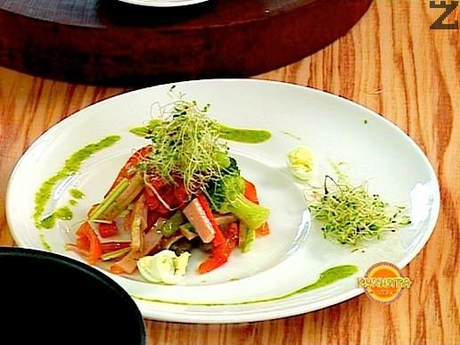 Аранжираната салата подправяме и сервираме поръсена с кълнове.