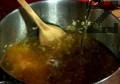 В сгорещената мазнина запържваме месото до зачервяване. Прибавяме праза, изчакваме го да омекне. Поръсваме с червен пипер, разбъркваме. Наливаме зелевата чорба, доливаме с малко вода.