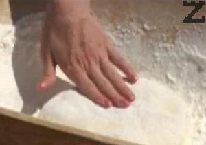 Смесваме брашното, киселото мляко, яйцето, захарта, солта и маята, замесваме твърдо тесто.Оставяме го да втаса за 45 мин.