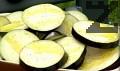 Нарязваме патладжаните на едри кръгчета. Поливаме ги с малко зехтин или олио. Подреждаме патладжаните върху скарата.