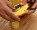 Измиваме добре ананаса, обелваме кората, нарязваме на едри шайби. Махаме сърцевината с помощта на кръгла формичка.