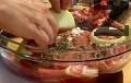 Смесваме всички продукти за маринатата, като нарязваме лука на колелца. Разбъркваме добре, потапяме свинските пържоли.