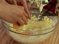 В купа поставяме маслото и пудрата захар, разбъркваме с миксер. Добавяме брашното и яйцата.