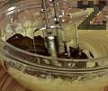 В отделен съд разтопяваме шоколада на водна баня, прибавяме го към общата смес.