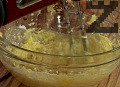 Приготвяме крем, като разделяме в два различни съда жълтъците и белтъците. Изсипваме една чаша пудра захар при жълтъците. Добавяме маслото и ванилията, разбиваме съставките с миксер.