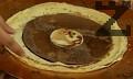 Бялата палачинка намазваме с част от течния шоколад.