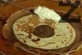 Редим втори пласт с какаова палачинка от края, който намазваме с разбитата сметана.