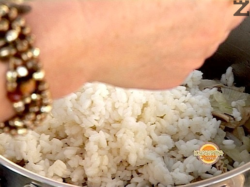 Приготвяме плънката. Ориза се слага в 1 литър вряща подсолена вода и вари 5 минути, отцежда се и оставя настрана. Дреболиите се измиват добре и слагат в тенджера със студена вода, която ги покрива. След кипване се отпенва бульона, посолява се, слага се 1 дафинов лист и 10 зърна черен пипер